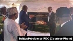 "Président Félix Tshisekedi afungoli elamba ya palaki ya laboratoire ya milona ya Afrika ""Olusegun Obasanjo"", nkombo mokonzi ya kala Nigeria (1er G) na Kalambo, pene na Bukavu, Sud-Kivu, 8 octobre 2019. (Twitter/Présidence RDC)"