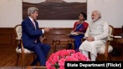 AQSh Davlat kotibi Jon Kerri (chapda) Hindiston Bosh vaziri Narendra Modi bilan, Dehli, Hindiston, 31-avgust, 2016-yil.