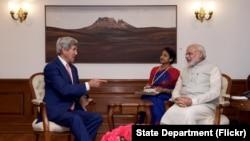 연례 전략·통상 대화를 위해 인도를 방문중인 존 케리(왼쪽) 미 국무장관이 31일 뉴델리 총리 관저에서 나렌드라 모디(오른쪽) 인도 총리와 회담하고 있다.