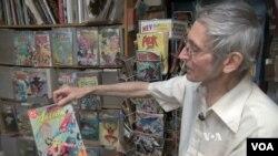 """Dennis Webb, pemilik toko """"Exotic Planterium and Card and Comic Collectorama"""" di Alexandria, Virginia, USA."""