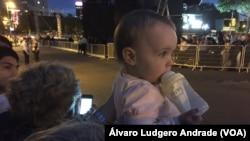 Mãe e bebé esperam pela chegada do Papa