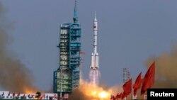 "Roket ""Long March II-F"" meluncurkan Shenzhou-9 yang membawa astronot Jing Haipeng, Liu Wang dan Liu Yang dalam misi antariksa saat lepas landas dari pusat peluncuran satelit Jiuquan, propinsi Gansu, Tiongkok, 16 Juni 2012. (Foto: dok). Tiongkok berencana akan kembali meluncurkan pesawat antariksa berawak, Shenzou-10, yang akan mengangkut tiga awak sekitar bulan Juni-Agustus tahun ini."