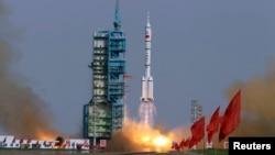 2012年6月16日﹐神舟九號在酒泉衛星發射中心升空.