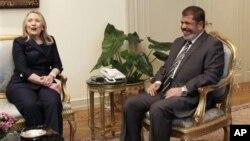 Menlu AS Hillary Clinton saat bertemu Presiden Mesir Mohammed Morsi di Kairo, Mesir 14 Juli 2012 (foto: dok). AS setuju memberikan keringanan utang bagi pemerintah baru Mesir.
