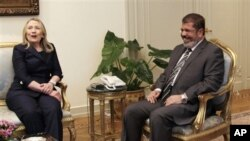 Menlu AS Hillary Clinton (kiri) melakukan pembicaraan dengan Presiden Mesir, Mohammed Morsi di Istana Presiden di Kairo, Sabtu (14/7).