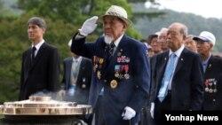 6.25 전쟁 당시 참전한 재일동포 학도의용군들이 24일 오전 국립서울현충원 현충탑에 분향한 뒤 경례를 하고 있다. 이들은 6.25 전쟁 발발 직후 일본에서 건너와 유엔군에 편입돼 인천상륙작전에 참가했다.