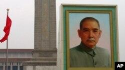 矗立在天安门广场上孙中山像(资料照片)