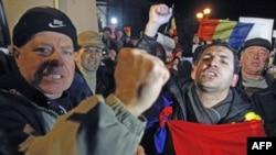 Para demonstran melakukan aksi protes di Bukares, Romania (foto: dok).