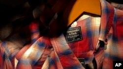 """Pakaian bermerk """"Abercrombie & Fitch"""" dari AS yang diproduksi di China, dijual di sebuah toko di Beijing, China. (Foto: dok)."""