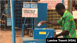 Issa Kouakou avec son invention, son respirateur, à Ouagadougou, le 21 avril 2020. (VOA/Lamine Traoré)