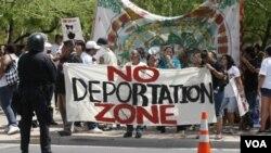 Protestan por el trato que se les da a los internos en las prisiones y por acusaciones de discriminación racial contra la oficina del alguacil.