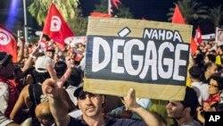 """Tunisda hukumatga qarshi namoyishchilar """"Nahda, yo'qol!"""" deb yozilgan plakat ko'tarib chiqdi, 6-avgust, 2013-yil."""