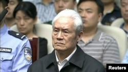 中国官方中央电视台显示的前中共政治局常委周永康在天津受审的画面。