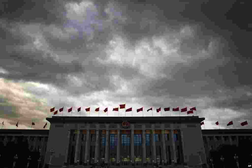2018年9月30日,在中华人民共和国成立69周年国庆节前夕,人民大会堂,天低云暗,乌云密布,阴云压顶。这张照片和上一张,哪张能象征中国今后几年的前景?或者两图各自象征其中的一部分,光明和阴暗并存?