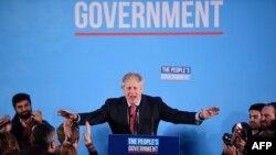 Waziri mkuu wa Uingereza na kiongozi wa chama cha Conservative Boris Johnson akizungumza na wafuasi wake wakati wa kampeni.