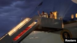 El presidente Barack Obama y su esposa Michelle, regresan a la base aérea Andrews de sus vacaciones en Massachusetts.