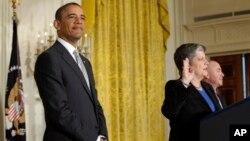 奥巴马总统3月25日出席在白宫东厅举行的新公民入籍宣誓仪式