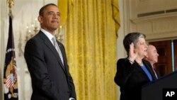 奥巴马总统2013年3月25日出席在白宫东厅举行的新公民入籍宣誓仪式。
