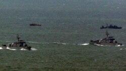 지난 2011년 3월 한국 해역에 침범했다가 돌아가는 북한 어선(왼쪽 위)과 북한 어선을 인도하러 나온 북한 경비정(오른쪽 위). 아래는 한국 해군함. (자료사진)