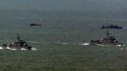 2011년 3월 한국 해역에 침범했다가 귀환하는 북한 어선(왼쪽 위)과 북한 어선을 맞기 위해 나온 북한 경비정(오른쪽 위). 아래는 한국 해군함. (자료사진)
