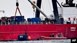 Kubah dari kapal selam UC3 Nautilus yang dibangun secara pribadi yang baru-baru ini tengelam tampak di sisi kapal penyelamat selama operasi yang dilaksanakan sehubungan dengan sebuah investigasi kejahatan di Selat Oeresund dekat Kopenhagen, Denmark (foto: Jacob Ehrbahn/Ritzau Foto via AP)
