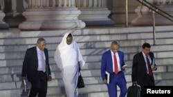 Waziri wa Mambo ya Nje wa Sudan, Asma Mohamed Abdalla na ujumbe aliofuatana nao ukiondoka Wizara ya Fedha ya Marekani.