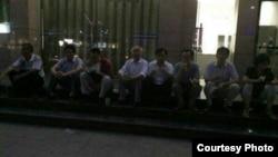 十多位律师在郑州公安局门口整夜静坐,要求保证律师会见权。(网络图片)