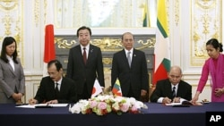 Ðại sứ Nhật Bản tại Miến Ðiện Takashi Saito (ngồi bên trái) và Ðại sứ Miện Ðiện tại Nhật Bảb Khin Maung Ting ký các văn kiện thỏa thuận bên lề Hội nghị Thượng đỉnh Mekong-Nhật Bản tại Tokyo, ngày 21 tháng 4, 2012.