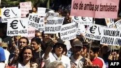 Người biểu tình phản đối tình trạng thất nghiệp cao tiến về phía trụ sở Quốc hội Tây Ban Nha ở Madrid, ngày 19/6/2011