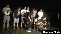 """刘晓波""""头七""""公祭:广州公民在海边举行悼念活动。(网络图片)"""