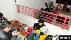 Warga tinggal di lantai atas bangunan tempat tinggal mereka dalam evakuasi vertikal menyusul sirine peringatan tsunami di kota Iquique, utara Santiago di pesisir Pasifik bagian selatan (1/4).