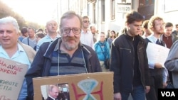 去年秋季莫斯科的一場大型反戰和反政府示威中,一名示威者手舉標語牌顯示普京統治進入倒計時。(美國之音白樺拍攝)