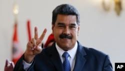 El presidente Nicolás Maduro realiza la señal de la victoria después de reunirse con el expreimer ministro español, Luis Rodríguez Zapatero, en Caracas el viernes 18 de mayo.