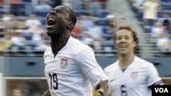 Freddy Adu, kiri, merayakan gol dengan rekannya Steve Cherundolo ketika melawan Grenada di Piala Emas CONCACAF tahun 2009.