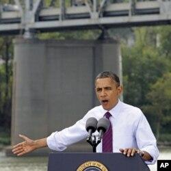 ປະທານາທິບໍດີໂອບາມາ ກ່າວຄໍາປາໄສ ຊຸກຍູ້ແຜນການເສດຖະກິດ ຂອງທ່ານ ຢູ່ໃກ້ໆກັບສະພານ ເບຣັ້ນທ໌ ສະເປັ້ນສ໌ (Brent Spence Bridge) ທີ່ນະຄອນຊິນຊິນນາຕີ (Cincinnati), ລັດໂອໄຮໂອ (Ohio), ວັນທີ. 22 ກັນຍາ 2011.