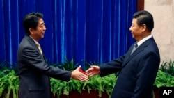 日本首相安倍晉三與中國國家主席習近平在北京亞太峰會期間會面。