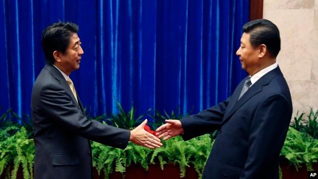 日本首相安倍与中国国家主席习近平在APEC上会面。
