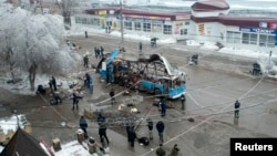 Nhân viên điều tra tại hiện trường vụ nổ bom ở thành phố Volgograd, miền nam nước Nga, ngày 30/12/2013.