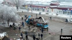 Istražitelji na mestu eksplozije autobusa u Volgogradu, 30. decembra 2013.