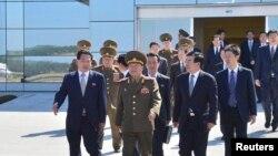 지난달 22일 평양 공항에서 방중 길에 오르는 김정은 특사 최룡해(왼쪽 두번째)를 배웅하는 류홍차이 북한주재 중국대사(오른쪽 두번째).