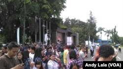 Antusias warga Jakarta menyambut kedatangan mantan Presiden AS Barack Obama di Bandara Halim Perdana Kusuma Jakarta Jum'at (30/6).