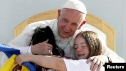 Đức Giáo Hoàng ôm hai bé gái tại cuộc gặp với giới trẻ tại ở Morelia, Mexico, ngày 16/2/2016.