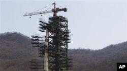 Roket Korea Utara Unha-3 ditempatkan di tempat peluncuran di Tongchang-ri, Korut.