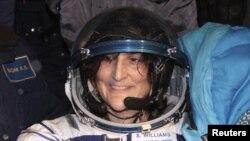 امریکی خلاباز سنیتا ولیمز استقبال کرنے والوں کا مسکرا کر جواب دے رہی ہیں۔