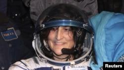 Astronot Sunita Williams dari Amerika, salah satu astronot Stasiun Antaraiksa Internasional (ISS( tersenyum seusai pendaratannya di dekat kota Arkalyk, utara Kazakhstan (19/11). Sunita Williams telah kembali ke bumi bersama dua rekan astronotnya, Akihiko Hoshide (Jepang) dan Yury Malenchenko (Rusia) dengan kapsul Soyuz.
