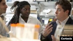 Michael King, profesor de ingeniería biomédica de la Universidad de Cornell, con estudiantes en el laboratorio.