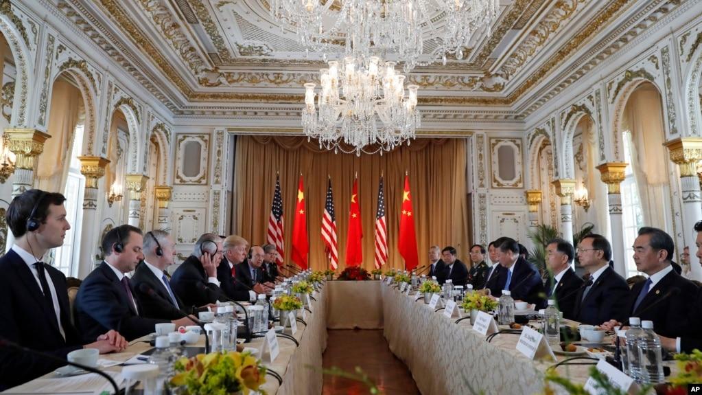 美國總統川普及其手下高官同中國主席習近平及其手下高官在海湖莊園舉行雙邊會談(2017年4月7日)。