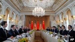 美國總統川普及其手下高官同中國主席習近平及其手下高官在海湖莊園舉行雙邊會談(2017年4月7日)。美國商務部長羅斯和中國副總理汪洋參加了會談。