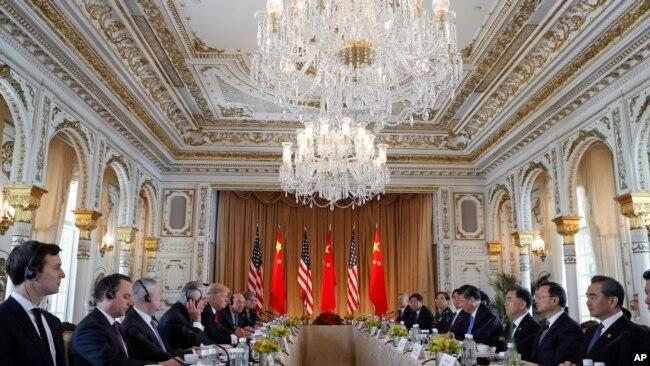 美國總統川普及其手下高官同中國主席習近平及其手下高官在海湖莊園舉行雙邊會談(2017年4月7日)