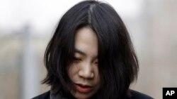 Cho Hyun-ah, eksekutif pada Korean Air yang juga merupakan putri CEO Korean Air, telah membatalkan penerbangan sebuah pesawat karena tidak puas dengan cara penyajian kacang untuknya dalam penerbangan itu. Cho dan ayahnya meminta maaf atas kejadian itu.